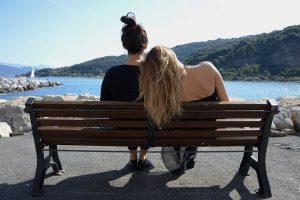 Zwei Mädchen auf Bank